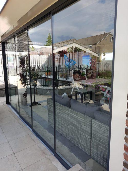 2-rail glazen schuifwand antraciet van 128cm breed en een totale hoogte van 225cm