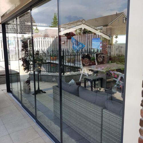 2-rail glazen schuifwand antraciet van 128cm breed en een totale hoogte van 230cm
