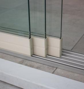 3-rail glazen schuifwand crèmewit van 246cm breed en een totale hoogte van 230cm