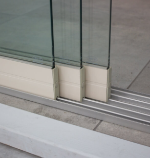 3-rail glazen schuifwand crèmewit van 192cm breed en een totale hoogte van 220cm