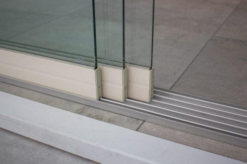 3-rail glazen schuifwand crèmewit van 294cm breed en een totale hoogte van 260cm