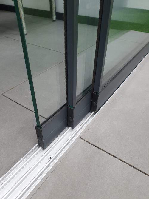 3-rail glazen schuifwand antraciet van 294 cm breed met een totale hoogte van 225 cm
