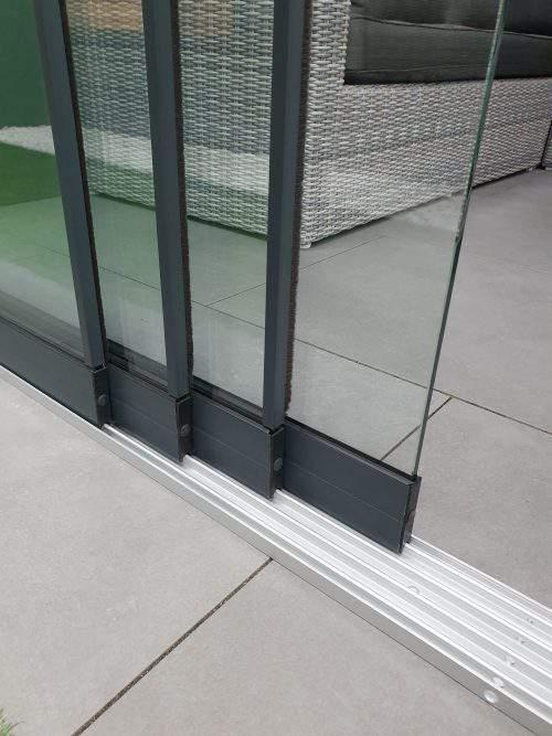 4-rail glazen schuifwand antraciet van 392 cm breed met een totale hoogte van 230 cm