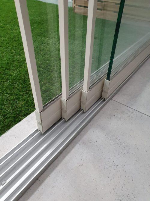 4-rail glazen schuifwand crèmewit van 392 cm breed met een totale hoogte van 215 cm