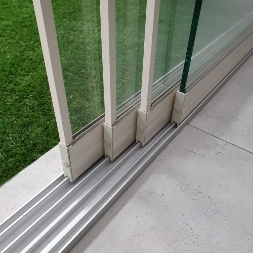 4-rail glazen schuifwand crèmewit van 328cm breed en een totale hoogte van 230cm