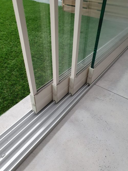 4-rail glazen schuifwand crèmewit van 392 cm breed met een totale hoogte van 235 cm
