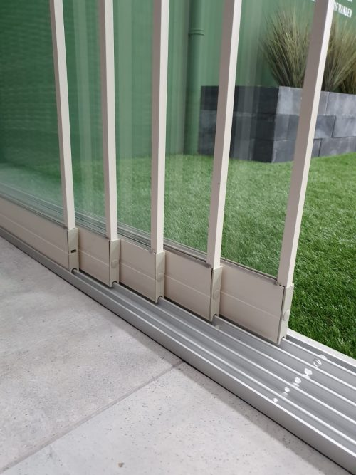 5-rail glazen schuifwand crèmewit van 490cm breed en een totale hoogte van 270cm