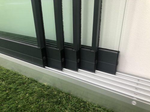 6-rail glazen schuifwand antraciet van 384cm breed en een totale hoogte van 205cm