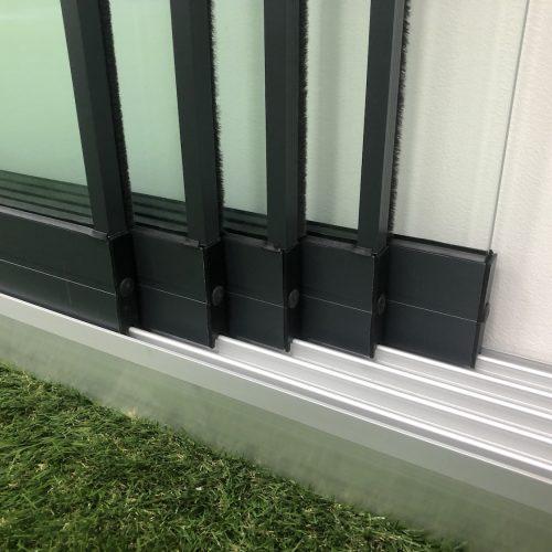 6-rail glazen schuifwand antraciet van 384cm breed en een totale hoogte van 230cm