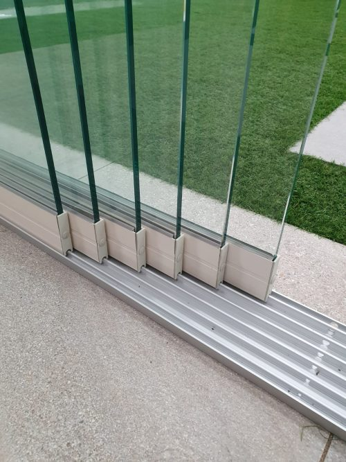 6-rail glazen schuifwand crèmewit van 588 cm breed met een totale hoogte van 250 cm