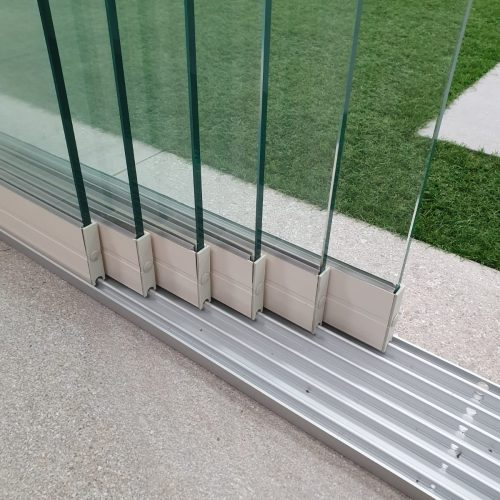 6-rail glazen schuifwand crèmewit van 492cm breed en een totale hoogte van 230cm