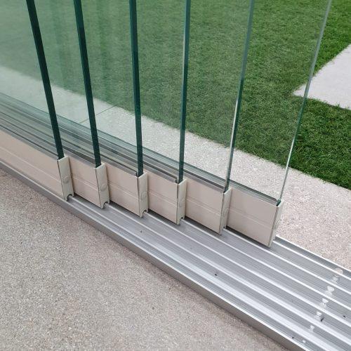 6-rail glazen schuifwand crèmewit van 588cm breed en een totale hoogte van 205cm