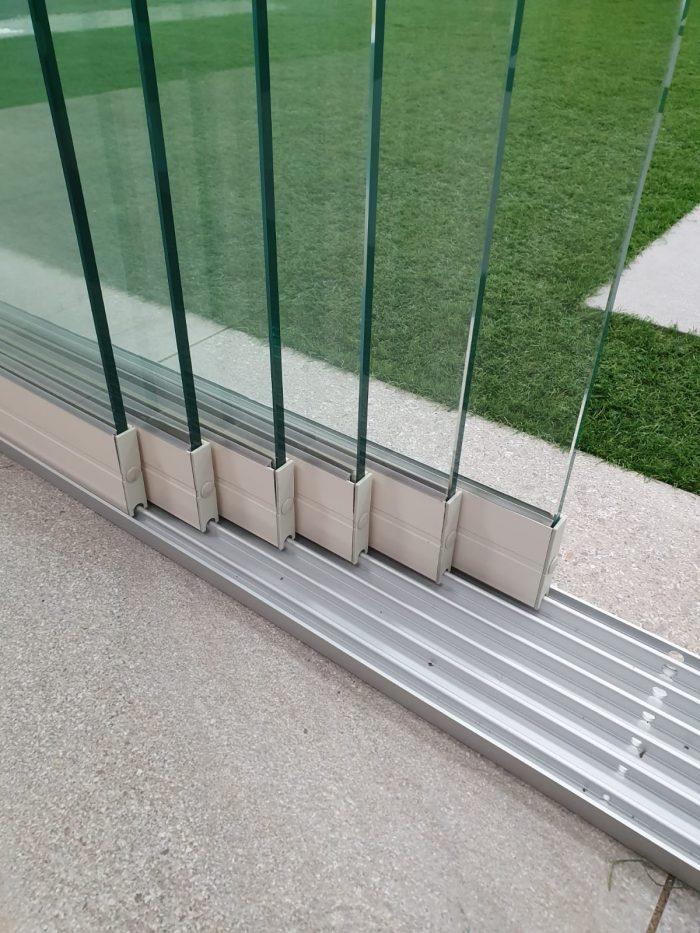 6-rail glazen schuifwand crèmewit van 588 cm breed met een totale hoogte van 210 cm