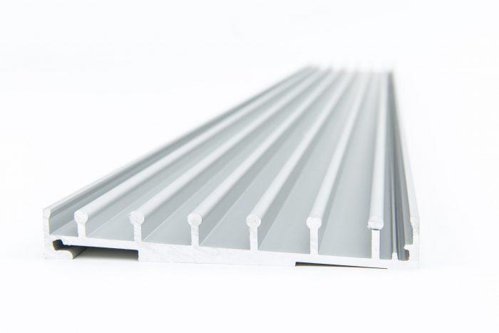 5-rail glazen schuifwand crèmewit van 490 cm breed met een totale hoogte van 200 cm