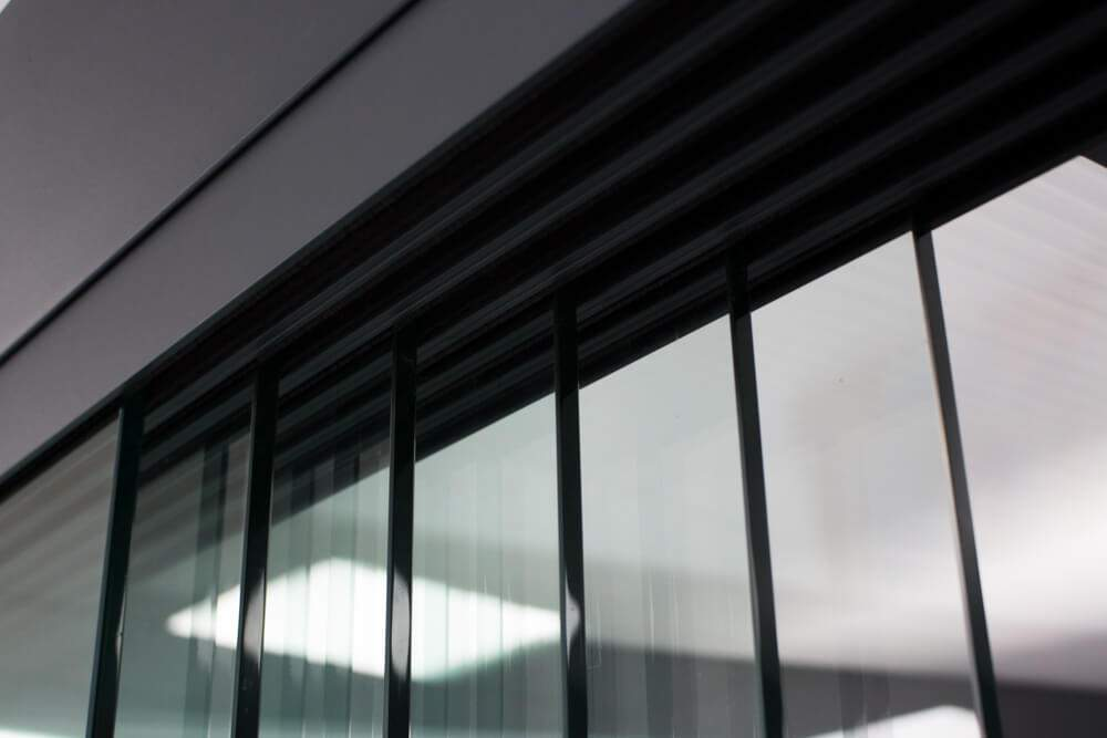6-rail glazen schuifwand antraciet van 492cm breed en een totale hoogte van 200cm